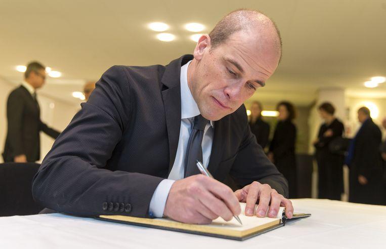 PvdA-leider Diederik Samsom tekent het condoleanceregister bij de ambassade van Frankrijk in Den Haag. Beeld anp
