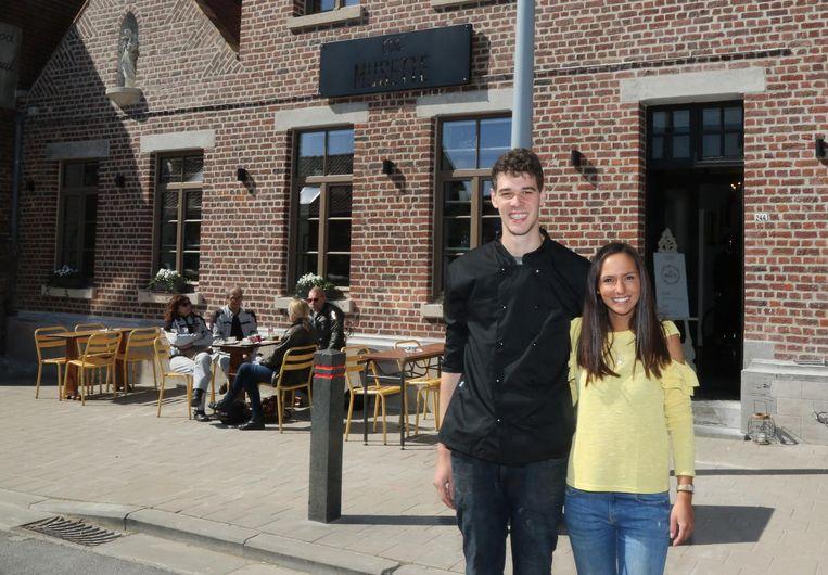 Tristan en Freya voor hun nieuwe zaak De Musette.