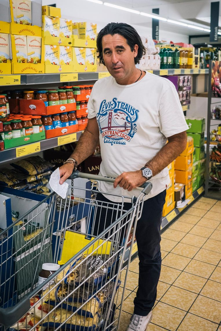 Ronald Nogyikwai Aldi-klant in Boedapest Beeld Foto: Marcel Wogram