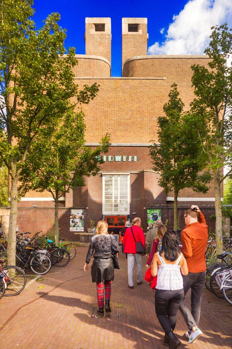 Het voormalige schoolgebouw De Wissel biedt nu onderdak aan creatieve bedrijfjes en flexwerkplekken. Beeld Sander Groen