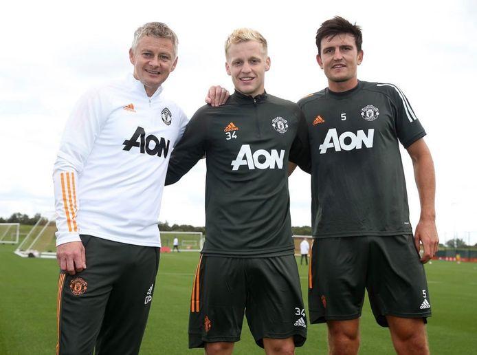 Trainer Ole Gunnar Solskjaer van Manchester United (links) met aanwinst Donny van de Beek en aanvoerder Harry Maguire (rechts).