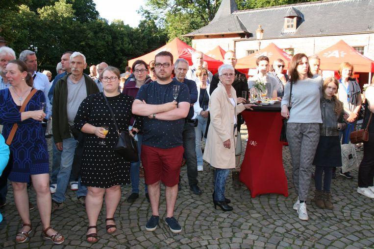 De nieuwe inwoners op de binnenkoer van het kasteel Veltwijck.