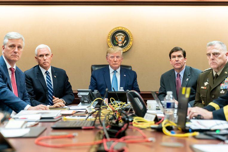 Mark Esper, rechts van president DOnald Trump.