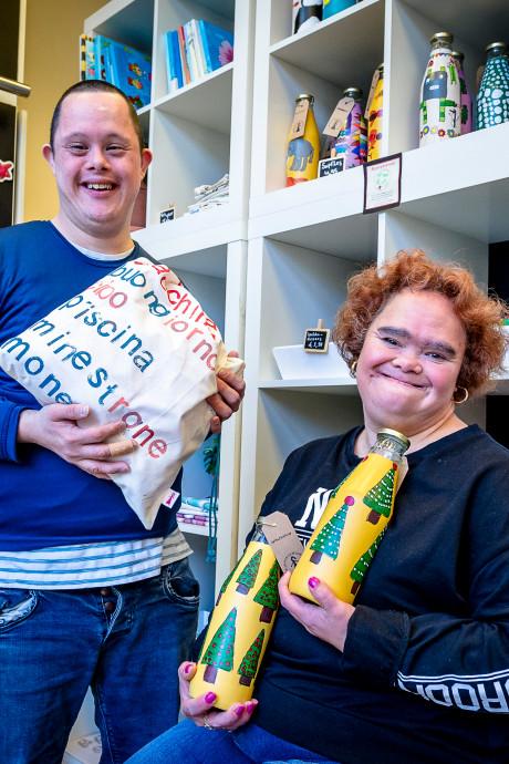 Egen en Cecilia maken cadeaus met ware kerstgedachte