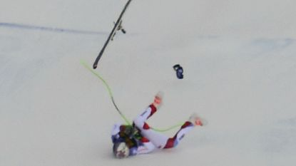 WB-afdaling overschaduwd door zware val: Zwitserse skiër belandt op hoofd en rug en wordt bewusteloos afgevoerd