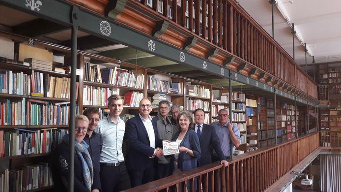 Bestuur van TIG met in het midden wethouder Frits Harteveld, die evenementenkrant uitreikt aan Silvia Bal van Waterpoort