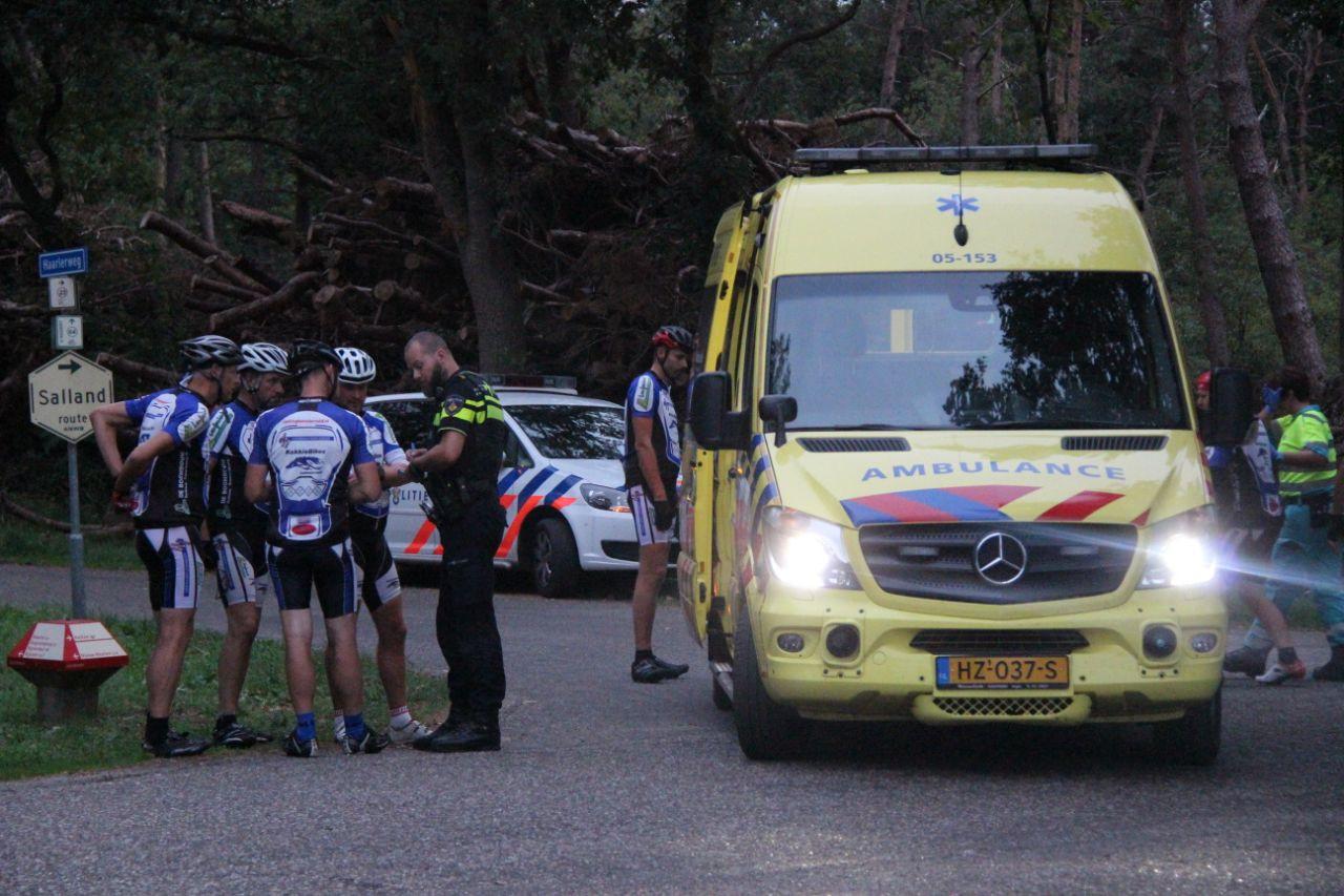 Twee groepen wielrenners raakten met elkaar in botsing.