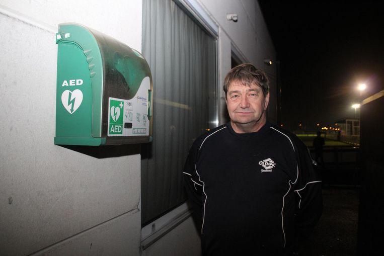 Coach Rik Bettens bij het AED-toestel dat de spelers gebruikten om zijn leven te redden. Hij kreeg intussen een inwendige defibrillator.