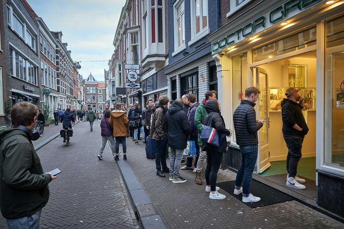 Er stonden zondag direct rijen voor de coffeeshops in de Haagse Herenstraat. Het kabinet heeft besloten dat alle horecazaken drie weken dichtgaan om verspreiding van het coronavirus in te perken.