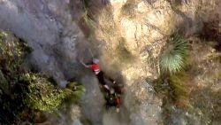 Hulpverlener kan vrouw nog net redden terwijl ze van klif valt