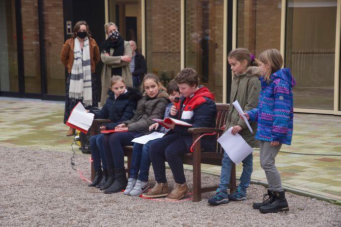 Leerlingen Gilko lezen gedichten voor de bewoners van Het Berkenhof voor.