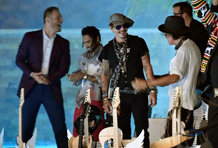 Johnny Depp deed mee aan het Guitar Smash Event.