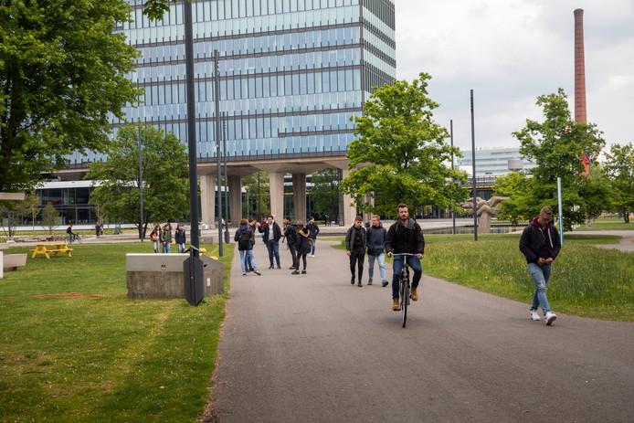 Wandelende mensen op terrein TUe in Eindhoven