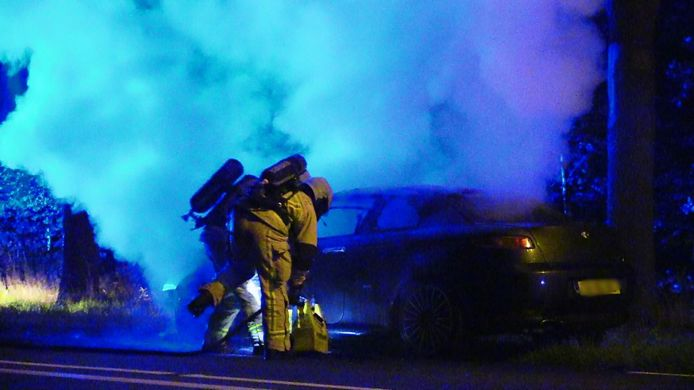 Aan de Haaksbergerstraat is een auto in vlammen op gegaan.
