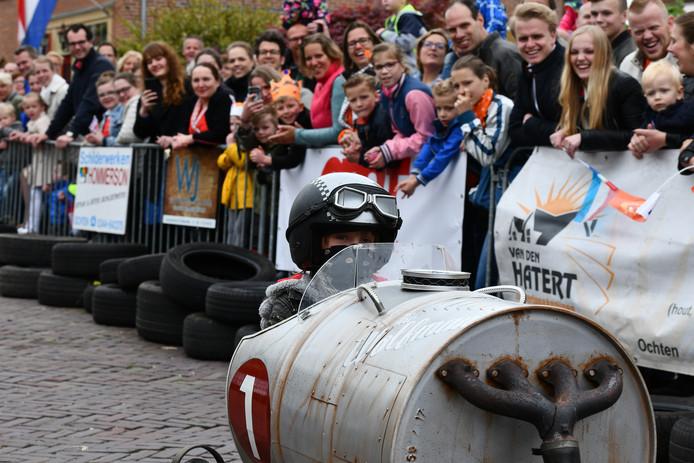 De zeepkistenrace in Ochten trok meer dan 20 deelnemers en ruim 1.500 man langs de lijn.