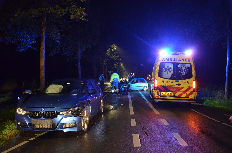 De auto van de zwangere vrouw na de aanrijding in Vorden. Verderop de andere beschadigde auto.