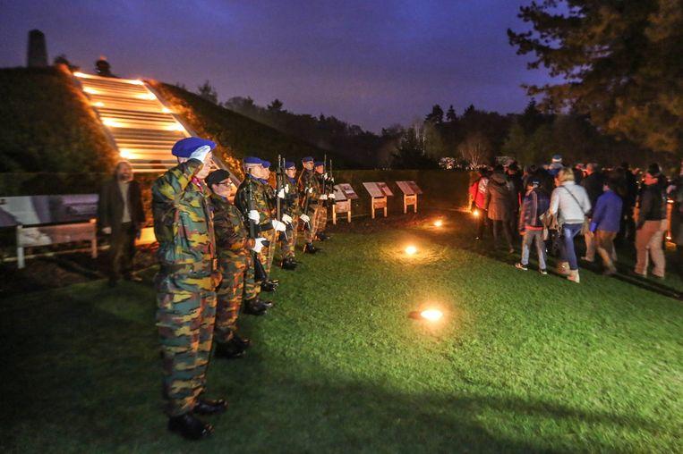 Militairen groeten de aanwezigen.
