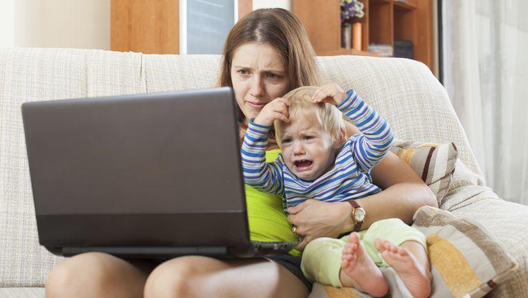Vrouwen brengen hun vrije tijd vaak zorgend en werkend door. Dat maakt dat zij zwaarder belast zijn, zich gejaagder voelen en minder tot rust komen. Beeld thinkstock