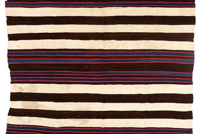 Het bewuste Navajo-deken, inclusief sporen van een poezenbevalling.