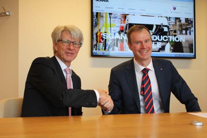 Voorzitter Rob Dillmann van de Raad van Bestuur van Isala en managing director Johan Uhlin van Scania tekenden de intentieverklaring voor de samenwerking.