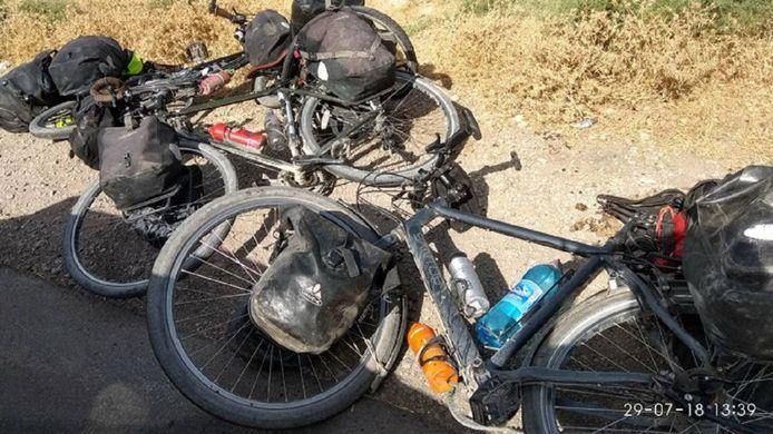 De fietsen van de slachtoffers gefotografeerd door een getuige die het beeld doorstuurde naar nieuwssite RFERL.