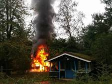 Houten vakantiehuisje op pretpark Slagharen in vlammen op