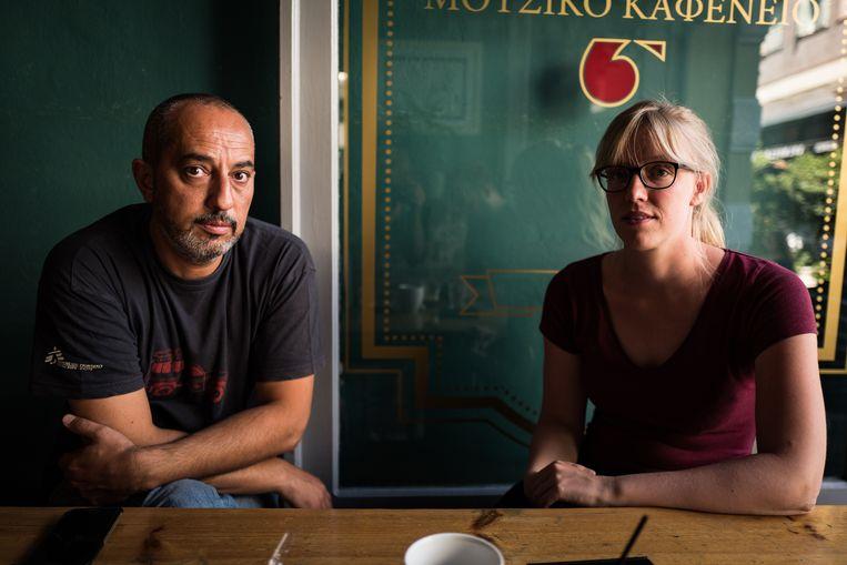 Ihab Abassi en Caroline Willemen van Artsen zonder Grenzen op Lesbos. Beeld Nicola Zolin
