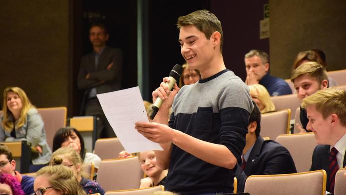 Les élèves du secondaire ont pu poser quelques questions aux représentants des partis politiques.