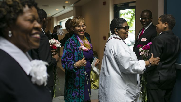 Vrouwen krijgen bloemen vanwege moederdag, zondag na hun bezoek aan de Apostolic Faith-kerk in Chicago. De gesprekspartners in het artikel kennen elkaar uit deze kerk. Beeld Taylor Glascock