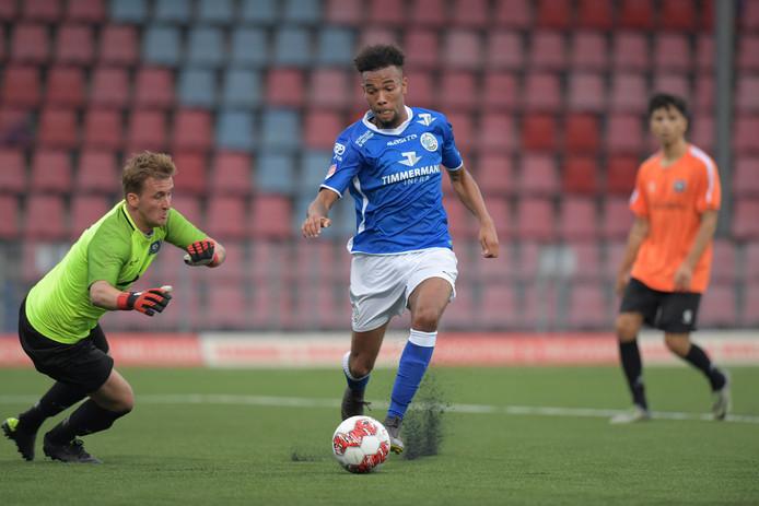 Ryan Trotman maakt de 1-1 voor FC Den Bosch door met de bal langs keeper Kevin de Kok te glippen.