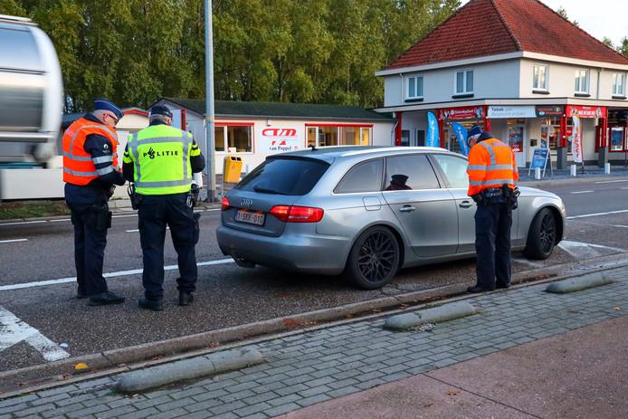 Auto's met getint glas en dure velgen lijken favoriet tijdens de Nederlands-Belgische grenscontrole in Lommel.