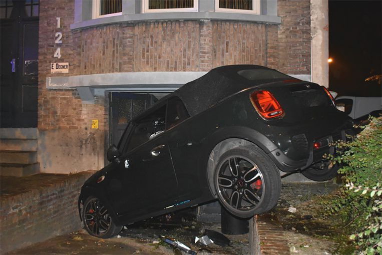De auto kwam tot stilstand tegen een garagepoort.