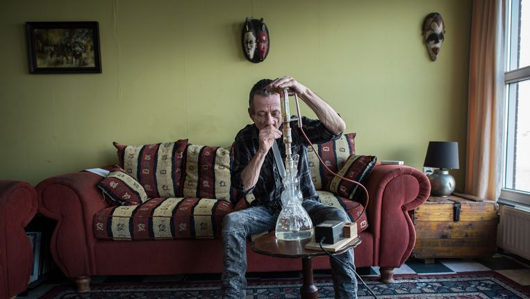 Rudolf Hillebrand vernevelt de medicinale wiet die hij zelf wil kweken, want het apothekersproduct helpt hem niet. Beeld Mats van Soolingen