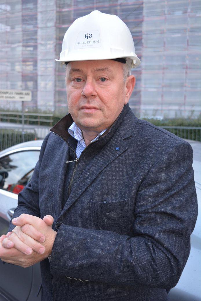 Aannemer Dirk Van Tornhaut uit Aalter kwam zelf de schade opmeten in Nieuwpoort.