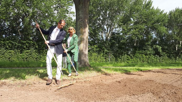De Zwijndrechtse wethouder Jacqueline van Dongen haalde ook haar Ambachtse collega Ralph Lafleur naar Zwijndrecht om het nu te vroeg gemaaide groen van bloemzaad te voorzien.
