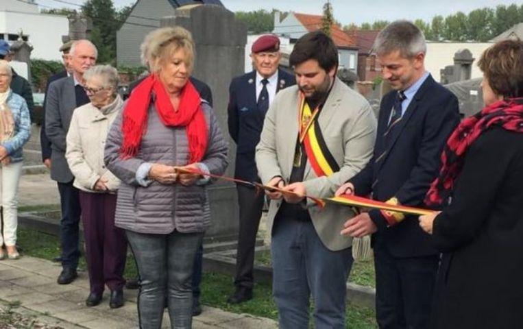 Burgemeester Brent Meuleman (sp.a) en NSB-voorzitter Lieven Joos bij het graf van Guillaume De Vos tijdens de viering van 100-jaar NSB Zelzate.