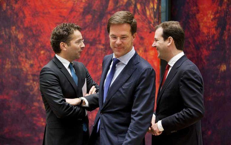 (VLNR) Minister van Financien Jeroen Dijsselbloem, premier Mark Rutte en minister van Sociale Zaken Lodewijk Asscher tijdens de vergadering. Beeld anp
