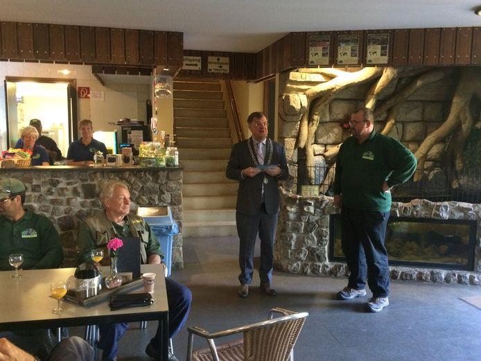 Burgemeester Hellegers (links) met de plaquette van Green Key voor directeur Eeg Manders van dierentuin Zie-ZOO.
