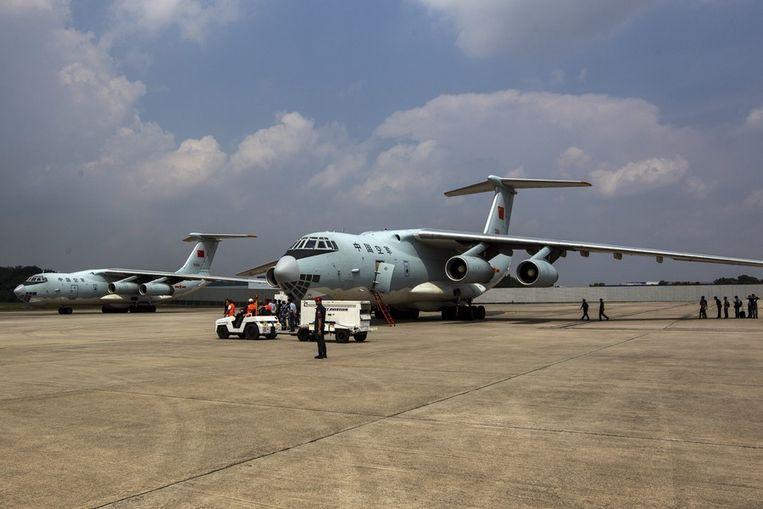 Twee Chinese legertoestellen op een basis in Kuala Lumpur, terug van een zoekactie ten westen van Perth.