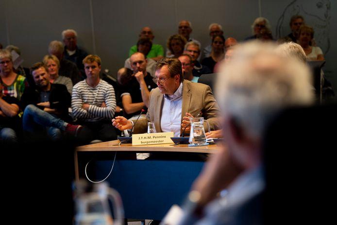 Wethouder Arjen Lagerweij tijdens het raadsdebat over zijn wel of geen 'schijn van belangenverstrengeling' in de kwestie rond de Deventer Buitensociëteit.