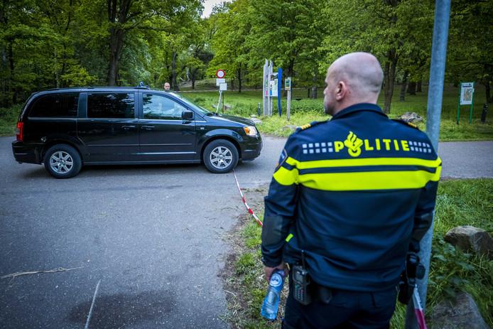 Lijkwagens vertrekken van de plek op de Brunssummerheide waar twee doden zijn gevonden. De man en de vrouw zijn door geweld om het leven gekomen.