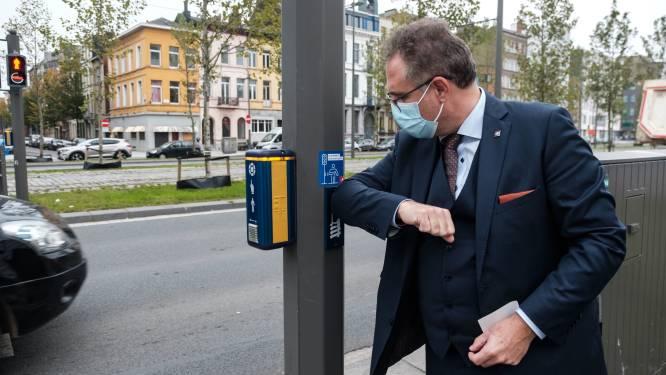 Oversteken aan verkeerslichten kan nu ook coronaproof dankzij 'elleboogvriendelijke' drukknop