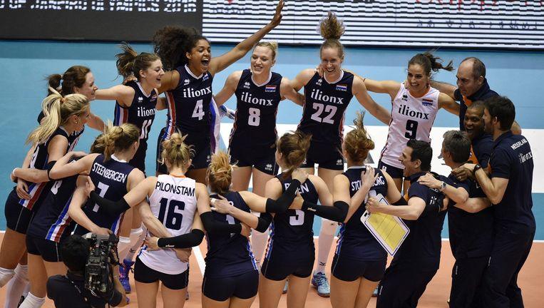 Volleybalsters vieren in mei hun overwinning op Italië. Beeld epa