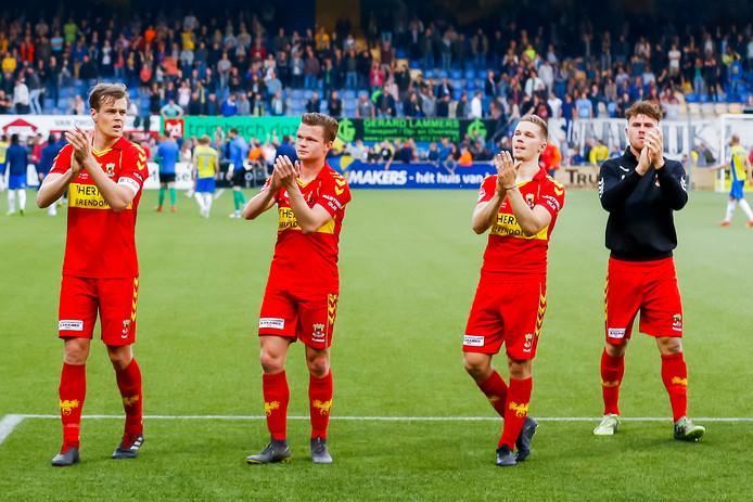 Jeroen Veldmate,  Pieter Langedijk, Roland Baas, Julius Bliek lijken te bedanken voor het mooie voetbaljaar van GA Eagles