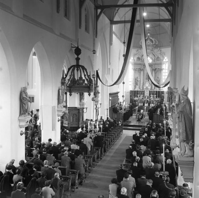 In 1965 nam Hilvarenbeek in een volle kerk afscheid van pastoor de Beer.