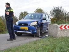 Automobilist rijdt tegen bloembak in Gameren en moet met borstklachten naar ziekenhuis