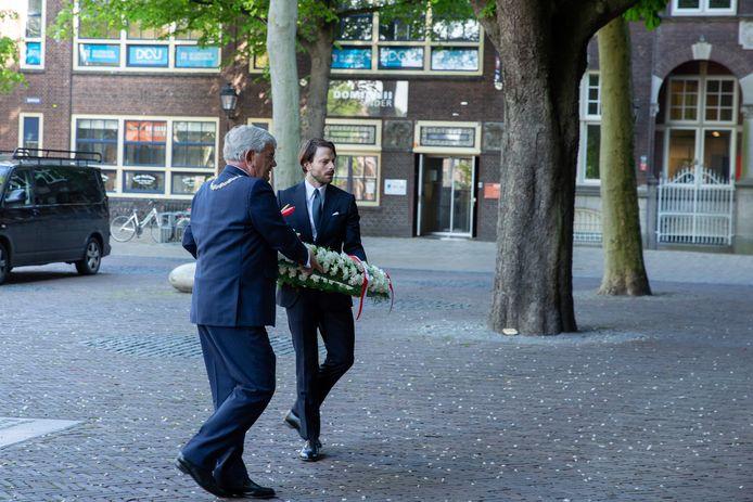 Burgemeester Jan van Zanen en interimvoorzitter Merlin Majoor van het Utrechts Comité 4 mei-Herdenking leggen een krans op het Domplein in Utrecht.
