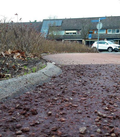 Asfalt van nieuw fietspad Flaneerdijk in Roosendaal brokkelt nu al af