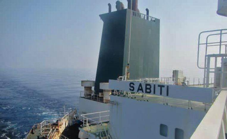De Iraanse staatstelevisie gaf foto's vrij van de olietanker Sabiti, die door twee raketten zou geraakt zijn.