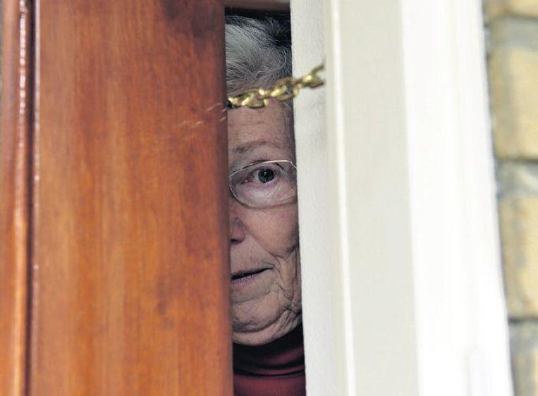 Een kierstandhouder kan ervoor zorgen dat oplichters die aan de deur komen niet meteen binnen staan. Beeld Frank Muller, Hollandse Hoogte